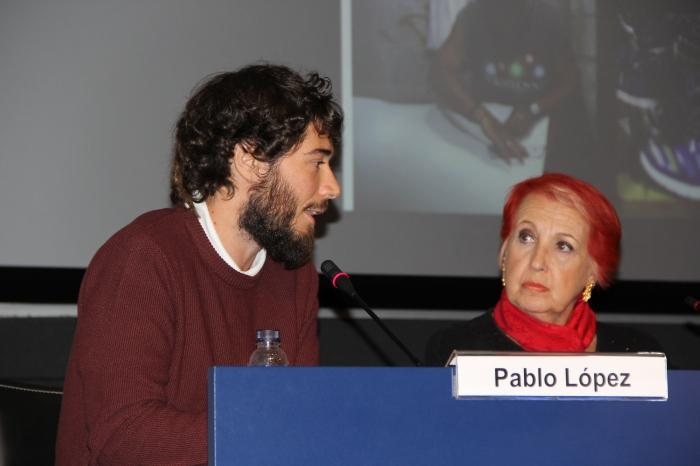 Pablo López Orosa conversando con Rosa María Calaf al recibir el galardón Memorial Joan Gomis